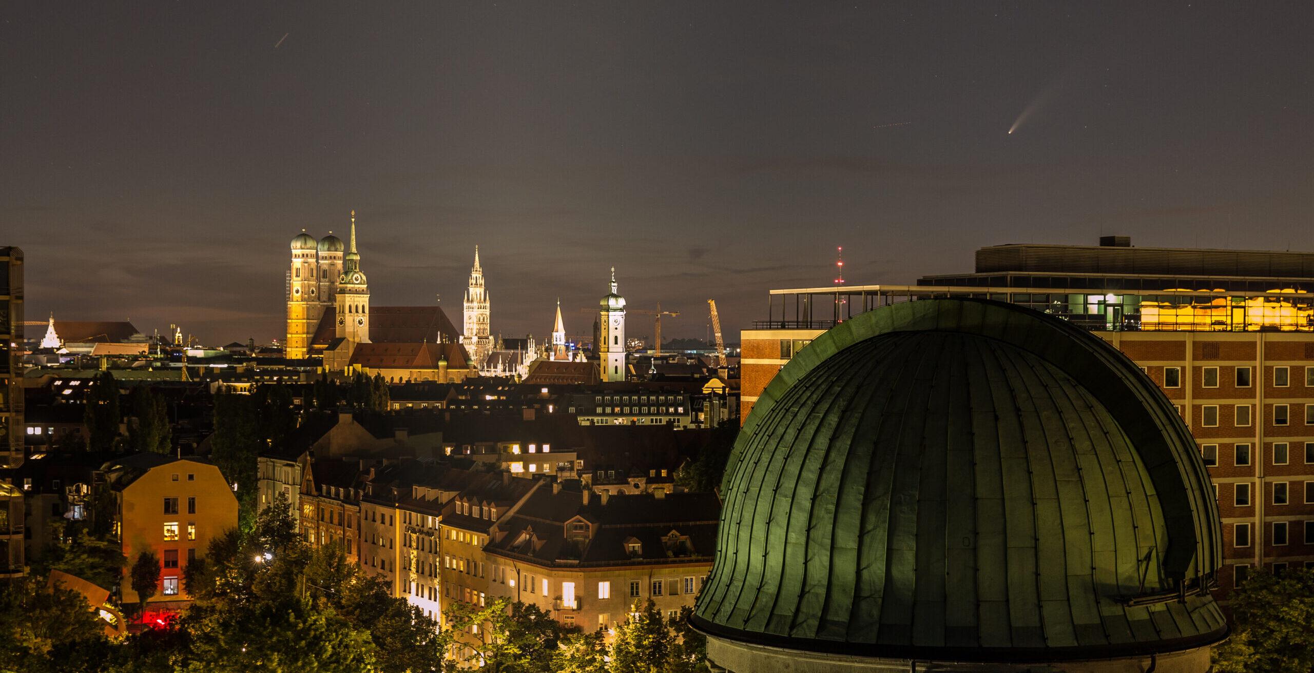Komet C/2020 F3 über München, Im Vordergrund die Kuppel der Weststernwarte des Deutschen Museums